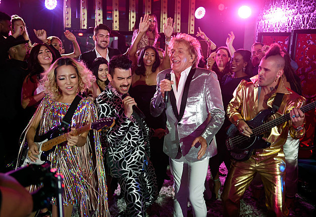 Sir Rod Stewart and DNCE Perform from Las Vegas for the 2017 VMAs